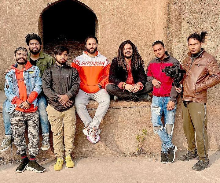 hansraj raghuwanshi image with his music band