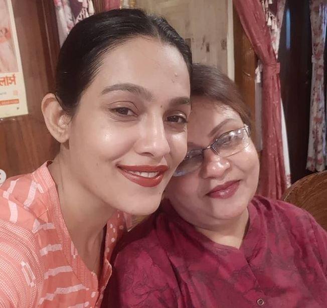 trishna mukherjee with her mother